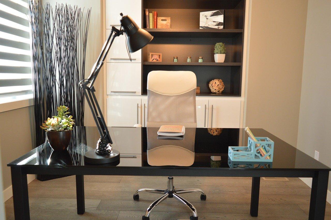 Jak stworzyć biuro domowe w małym pokoju?